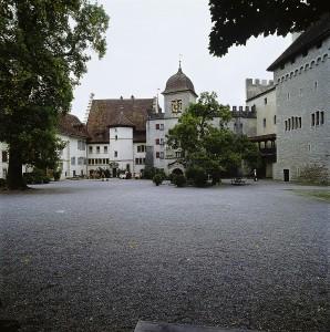 Schlosshof mit Uhrenturm